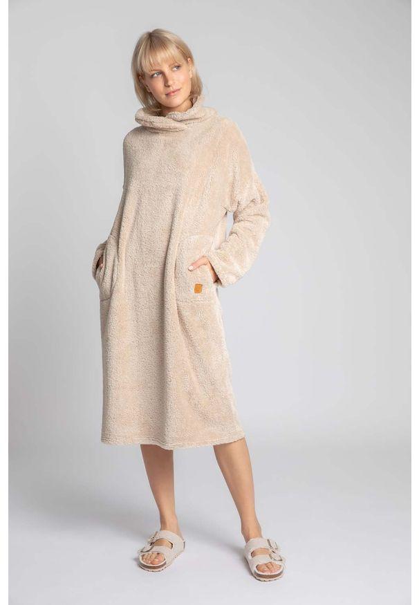 MOE - Długa Pluszowa Sukienka z Kołnierzem - Cappuccino. Materiał: poliester. Długość: długie