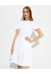 prada - PRADA - Biała sukienka z krótkim rękawem. Kolor: biały. Materiał: bawełna. Długość rękawa: krótki rękaw. Typ sukienki: rozkloszowane
