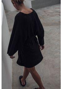 MUUV. - Sukienka Maison Mahali. Okazja: na plażę. Kolor: czarny. Materiał: tkanina, materiał. Długość rękawa: długi rękaw
