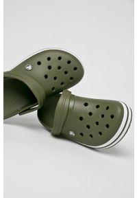 Crocs - Klapki. Kolor: zielony. Materiał: materiał, guma. Wzór: gładki