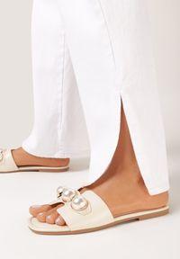 Born2be - Beżowe Klapki Hysithise. Nosek buta: otwarty. Kolor: beżowy. Materiał: skóra ekologiczna. Wzór: gładki, aplikacja. Sezon: lato. Obcas: na obcasie