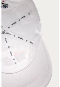 Biała czapka z daszkiem Reebok Classic z aplikacjami