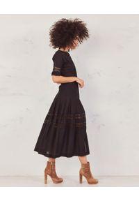 Czarna sukienka midi, rozkloszowana, w koronkowe wzory