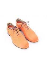 Zapato - dziurkowane jazzówki - skóra naturalna - model 246 mix - kolor pomarańczowy. Okazja: na co dzień, na spotkanie biznesowe, do pracy. Kolor: pomarańczowy. Materiał: skóra. Szerokość cholewki: normalna. Wzór: motyw zwierzęcy, kwiaty, kolorowy. Obcas: na obcasie. Styl: boho, elegancki, biznesowy, klasyczny, casual. Wysokość obcasa: niski