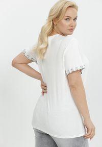 Born2be - Biała Bluzka Nyshelia. Kolekcja: plus size. Kolor: biały. Długość rękawa: krótki rękaw. Długość: krótkie. Wzór: aplikacja. Styl: klasyczny
