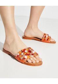 MYSTIQUE SHOES - Pomarańczowe klapki Cancun. Kolor: pomarańczowy. Materiał: len, zamsz. Wzór: aplikacja. Sezon: lato. Obcas: na płaskiej podeszwie