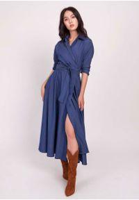 Lanti - Jeansowa Rozkloszowana Sukienka z Kopertowym Dekoltem. Materiał: jeans. Typ sukienki: kopertowe