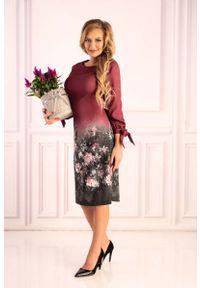 Merribel - Śliwkowa Sukienka z Motywem Kwiatów z Wiązanym Mankietem. Materiał: poliester, elastan. Wzór: kwiaty