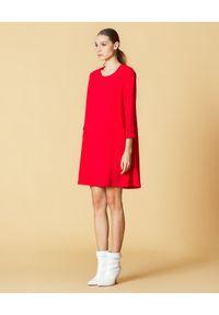 Manila Grace - MANILA GRACE - Czerwona sukienka trapezowa. Okazja: do pracy, na randkę. Kolor: czerwony. Materiał: materiał. Typ sukienki: trapezowe. Styl: elegancki. Długość: mini