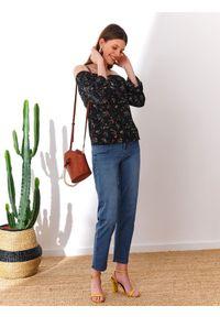 TOP SECRET - Printowana bluzka damska z bufiastymi rękawami. Okazja: na imprezę. Kolor: czarny. Materiał: jeans, wiskoza. Wzór: nadruk, gładki, kwiaty. Sezon: jesień. Styl: klasyczny, elegancki