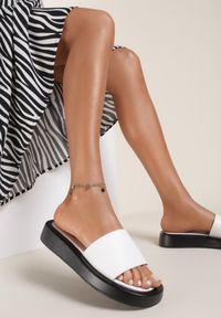 Renee - Białe Klapki Zeuxoesa. Kolor: biały. Materiał: jeans. Wzór: jednolity, kwiaty. Obcas: na platformie. Styl: klasyczny