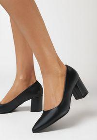 Born2be - Czarne Czółenka Lunelle. Nosek buta: szpiczasty. Kolor: czarny. Wzór: gładki. Obcas: na słupku
