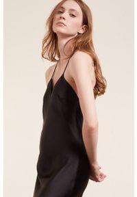 Etam - Koszula nocna ETE. Kolor: czarny. Materiał: satyna, materiał. Wzór: ze splotem