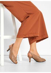 Czółenka z odkrytymi palcami bonprix brunatny. Nosek buta: otwarty. Zapięcie: pasek. Kolor: brązowy. Styl: klasyczny