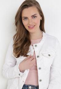 Born2be - Biała Kurtka Jeansowa Alexessei. Kolor: biały. Materiał: jeans