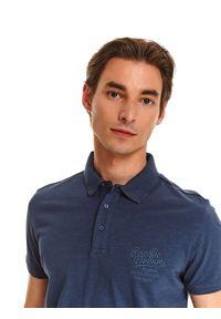 TOP SECRET - T-shirt polo z lekkiej dzianiny. Okazja: do pracy, na co dzień. Typ kołnierza: polo. Kolor: niebieski. Materiał: dzianina. Długość rękawa: krótki rękaw. Długość: krótkie. Wzór: gładki, aplikacja. Styl: wakacyjny, casual