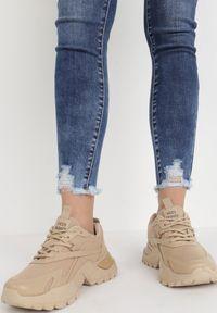 Born2be - Niebieskie Jeansy Push-Up Lyveanor. Stan: podwyższony. Kolor: niebieski. Długość: długie. Wzór: aplikacja