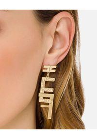 Elisabetta Franchi - ELISABETTA FRANCHI - Wiszące kolczyki z podwójnym logo. Materiał: złote, metalowe. Kolor: złoty. Wzór: aplikacja. Kamień szlachetny: kryształ