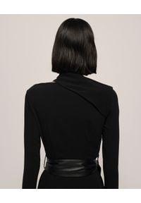 NANUSHKA - Czarna sukienka Clement. Kolor: czarny. Długość rękawa: długi rękaw. Wzór: nadruk, aplikacja, motyw zwierzęcy. Sezon: jesień. Typ sukienki: dopasowane
