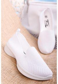 Białe tenisówki Casu sportowe, bez zapięcia