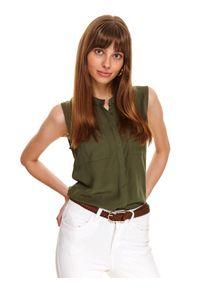 TOP SECRET - Koszula bez rękawów z naszywanymi kieszeniami. Okazja: na co dzień, do pracy. Kolor: zielony. Materiał: tkanina. Długość rękawa: bez rękawów, krótki rękaw. Długość: krótkie. Wzór: gładki, aplikacja. Styl: elegancki, casual
