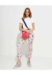 Versace Jeans Couture - VERSACE JEANS COUTURE - Różowe jeansy z nadrukami. Okazja: na co dzień. Stan: podwyższony. Kolor: różowy, wielokolorowy, fioletowy. Wzór: nadruk. Styl: sportowy, elegancki, casual