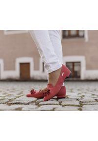 Zapato - dziurkowane baleriny z ostrym noskiem - skóra naturalna - model 047 - kolor czerwony. Zapięcie: pasek. Kolor: czerwony. Materiał: skóra. Wzór: kolorowy, ażurowy. Obcas: na obcasie. Styl: klasyczny. Wysokość obcasa: średni