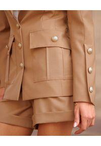 MOTIVE&MORE - Beżowa marynarka Zarina. Kolor: beżowy. Materiał: tkanina, materiał. Długość rękawa: długi rękaw. Długość: długie. Sezon: lato
