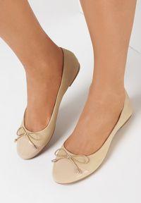 Born2be - Beżowe Balerinki Iaonome. Nosek buta: okrągły. Zapięcie: bez zapięcia. Kolor: beżowy. Materiał: lakier, skóra ekologiczna, guma. Wzór: aplikacja. Obcas: na obcasie. Styl: klasyczny