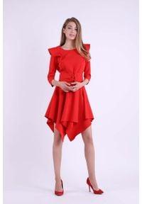 Nommo - Czerwona Asymetryczna Sukienka Wizytowa ze Sznurowanym Paskiem. Kolor: czerwony. Materiał: poliester, wiskoza. Typ sukienki: asymetryczne. Styl: wizytowy