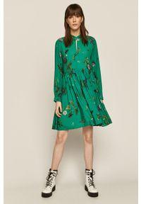 Zielona sukienka medicine z długim rękawem, rozkloszowana, ze stójką, mini