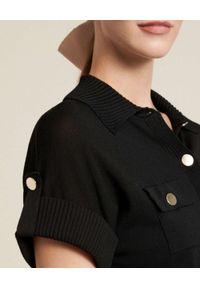 Luisa Spagnoli - LUISA SPAGNOLI - Czarna koszulka polo z kieszeniami Carato. Typ kołnierza: polo. Kolor: czarny. Materiał: dresówka, jeans. Wzór: prążki. Styl: klasyczny