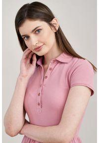 Marie Zélie - Sukienka Polo marszczona pąsowy róż krótki rękaw. Okazja: na co dzień, do pracy. Typ kołnierza: polo. Kolor: różowy, czerwony, wielokolorowy. Materiał: dzianina, materiał, bawełna. Długość rękawa: krótki rękaw. Typ sukienki: proste, sportowe. Styl: sportowy, klasyczny, wakacyjny, casual