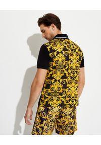 Versace Jeans Couture - VERSACE JEANS COUTURE - Czarny t-shirt z wyszywanym logo. Kolor: czarny. Wzór: aplikacja, nadruk