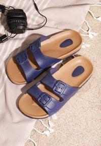 Born2be - Granatowe Klapki Clandestine. Okazja: do domu, na co dzień, na plażę. Kolor: niebieski. Materiał: jeans, materiał, guma. Wzór: paski. Styl: casual