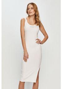 Biała sukienka Calvin Klein Jeans na ramiączkach, midi, dopasowana, casualowa