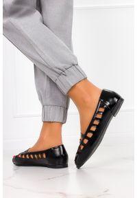 Casu - Czarne baleriny ażurowe z odkrytymi palcami skórzana wkładka casu d21x15/b. Nosek buta: otwarty. Kolor: czarny. Materiał: skóra. Wzór: ażurowy