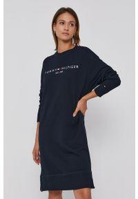 TOMMY HILFIGER - Tommy Hilfiger - Sukienka. Okazja: na co dzień. Kolor: niebieski. Materiał: bawełna, dzianina. Długość rękawa: długi rękaw. Wzór: aplikacja. Typ sukienki: proste. Styl: casual