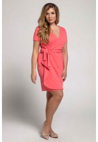 Nommo - Malinowa Kobieca Sukienka Kopertowa PLUS SIZE. Kolekcja: plus size. Kolor: różowy. Materiał: wiskoza, poliester. Typ sukienki: kopertowe, dla puszystych