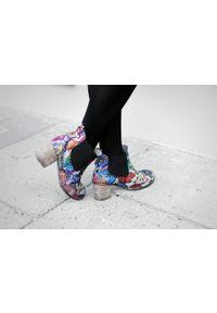 Zapato - kolorowe sztyblety na słupku - skóra naturalna - model 455 - kolor motyl. Okazja: na co dzień. Materiał: skóra. Wzór: kolorowy. Sezon: wiosna, jesień, zima, lato. Obcas: na słupku. Styl: street, casual, klasyczny. Wysokość obcasa: średni