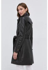 Guess - Płaszcz skórzany. Kolor: brązowy. Materiał: skóra