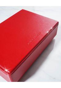 AMINA MUADDI - Czerwona kopertówka Amini Johana. Kolor: czerwony. Materiał: z tłoczeniem