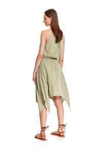 TOP SECRET - Asymetryczna sukienka z odkrytymi ramionami. Kolor: zielony. Sezon: lato. Typ sukienki: asymetryczne, z odkrytymi ramionami. Styl: wakacyjny