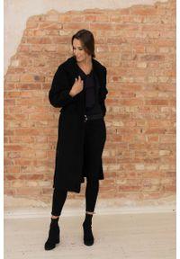 Nommo - Długi Płaszcz Wiązany w Talii - Czarny. Kolor: czarny. Materiał: poliester, wiskoza, wełna. Długość: długie