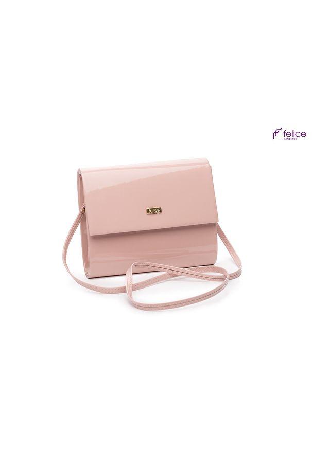 Różowa kopertówka FELICE na lato, lakierowana, w kolorowe wzory