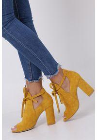 Casu - żółte botki wiosenne peep toe na słupku z ozdobnym wiązaniem casu 270. Nosek buta: otwarty. Kolor: żółty. Sezon: wiosna. Obcas: na słupku
