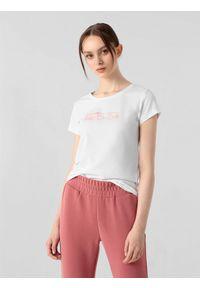 4f - T-shirt basic regular z nadrukiem damski. Kolor: biały. Materiał: dzianina, bawełna. Wzór: nadruk