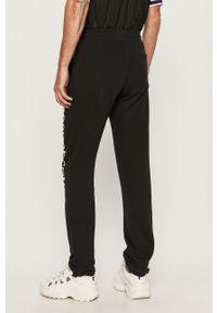 Czarne spodnie dresowe DC z nadrukiem