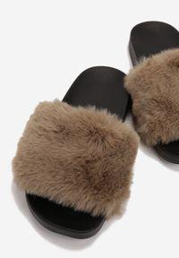 Renee - Khaki Klapki Aphitti. Nosek buta: otwarty. Kolor: brązowy. Materiał: jeans, futro, materiał, guma. Sezon: lato. Styl: klasyczny