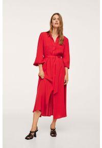 mango - Mango - Sukienka Cellar. Okazja: na co dzień. Kolor: czerwony. Materiał: włókno. Długość rękawa: długi rękaw. Typ sukienki: proste. Styl: casual